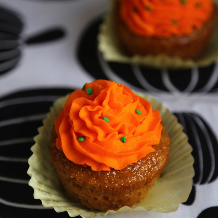 Bright pumpkin cupcakes that are perfect for halloween or just for autumn season