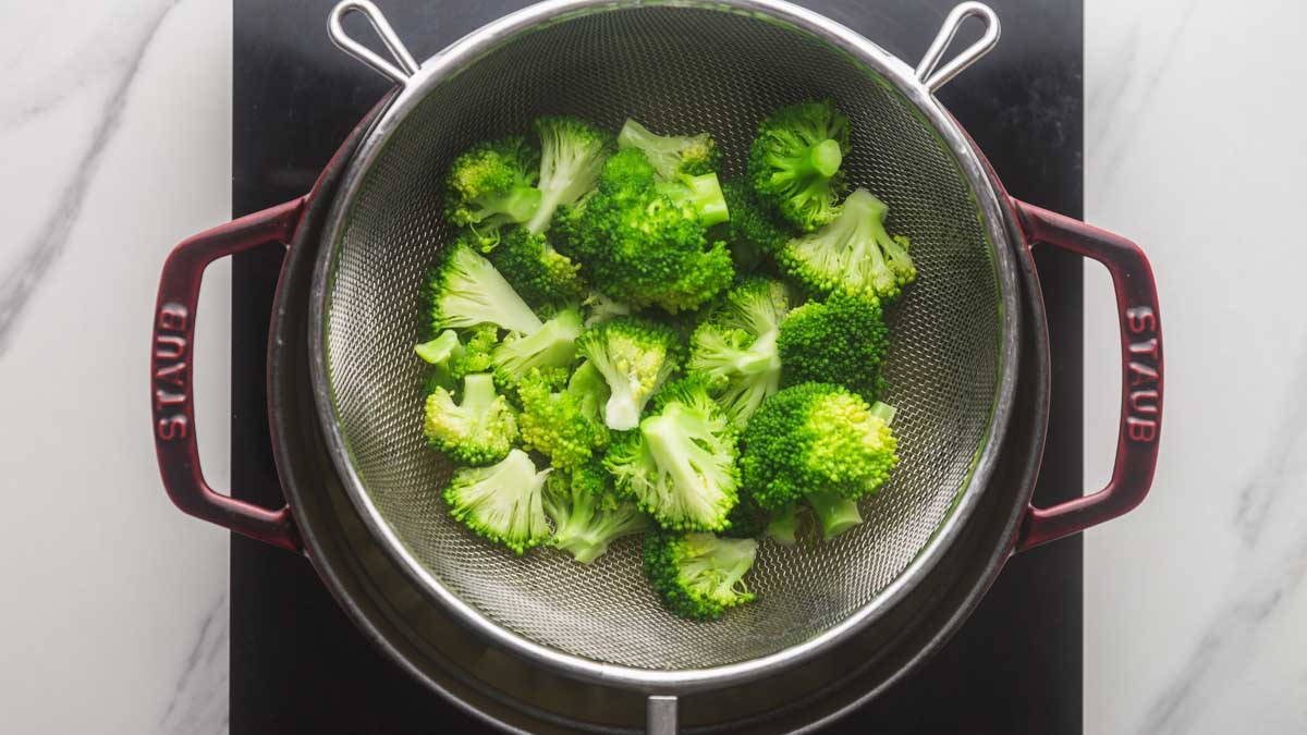 Steaming the broccoli in a colader